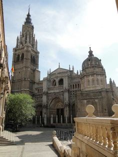 catedral de toledo Historical Architecture, Amazing Architecture, Toledo Cathedral, Madrid, Toledo Spain, Beautiful Castles, Kirchen, Spain Travel, Around The Worlds