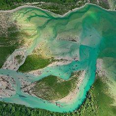 Río Isar, Alemania, el agua reluce con color verde turquesa brillante debido al pedregal de caliza sobre el que fluye.