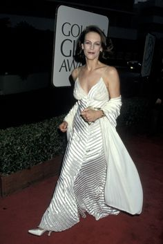 Jamie Lee Curtis at the Golden Globes, 1995 Golden Globe Award, Golden Globes, Jamie Lee Curtis Young, Red Carpet Looks, Classic Beauty, Red Carpet Fashion, Celebrity Style, Dress Up, White Dress