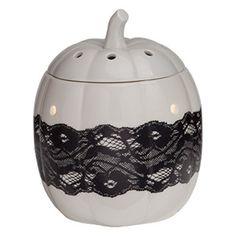Schwarze Spitze auf einem glasierten, weißen Porzellankürbis fügt jedem Herbst- und Halloweendekor Eleganz und Rafinesse hinzu.