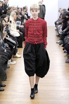 【13-14AWパリコレクション】「コムデギャルソン・コムデギャルソン」のシンプルと過剰の境界線 21枚目の写真・画像 Diy Fashion, Fashion Models, Autumn Fashion, Womens Fashion, Capsule Wardrobe 2018, Japanese Fashion Designers, Looks Street Style, Minimal Fashion, Everyday Look