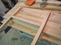 Make this kitchen table from new or recycled wood, in both cases it will be a crafty work of art! Diy Dining Room Table, Diy Table, Wood Table, Coffee Table Legs Metal, Coffee Table Desk, Diy Wood Projects, Home Projects, Easy Projects, Table Extensible