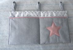Ein feines Bettutensilo für das Gitterbettchen, für die Wand, oder über dem Wickeltisch. In Vichy Karo grau und innen weiß mit kleinen grauen Sternchen. Vorne sind 2 Taschen abgenäht.  Auf der...