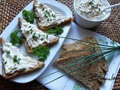 Sýry s majonézou utřeme. Přidáme najemno nastrouhaná vejce, šunku nakrájenou na nudličky a pórek najemno nakrájený. Promícháme, osolíme a...