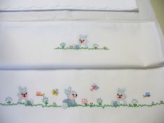 i lenzuolini di Anita (1) Towel Embroidery, Applique Embroidery Designs, Cross Stitch Embroidery, Quilt Baby, Rabbit Wallpaper, Baby Sheets, Easy Christmas Decorations, Crochet Angels, Presents For Girls