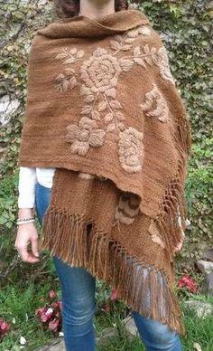 pashmina de llama tejida en telar bordada a mano Mexican Embroidery, Folk Embroidery, Embroidery Stitches, Crochet Cardigan, Crochet Shawl, Lace Knitting Patterns, Sewing Patterns, Bordado Popular, Bordado Floral