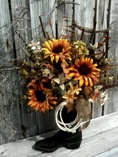 Blumenarrangements in Cowboystiefeln Land Impressionen Blumen & Dekor Source by Western Style, Western Decor, Rustic Decor, Western Centerpieces, Sunflower Centerpieces, Cowboy Boot Crafts, Cowboys Wreath, Cowboy Christmas, Country Christmas