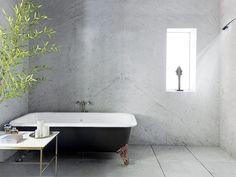 Para el baño se eligió una bañera antigua con patas de león y una mesa de noche de Paul McCobb.   Galería de fotos 5 de 10   AD MX