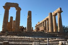 Vallei dei Temple Agrigento A Unesco world heritage site Heritage Site, Brooklyn Bridge, Cool Places To Visit, Trekking, Europe, World, City, Travel, Viajes