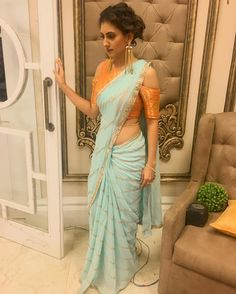 Latest Elegant Indian Sari Click Visit link to read New Saree Blouse Designs, Saree Blouse Patterns, Modern Blouse Designs, Indian Dresses, Indian Outfits, Sari Bluse, Party Kleidung, Modern Saree, Saree Trends