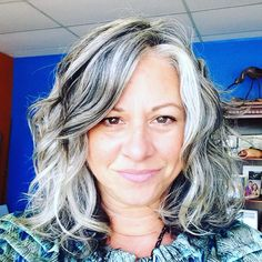 Do you want to see a really inspirational gray hair transition story? Check out Sherry's awesome transition to silver hair. Grey Hair Don't Care, Long Gray Hair, Silver Grey Hair, Silver Haired Beauties, Grey Hair Inspiration, Transition To Gray Hair, Gray Hair Growing Out, Corte Y Color, Cool Hair Color