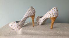 Sapato personalizado em renda de flores brancas com pérolas douradas, para uma linda debutante