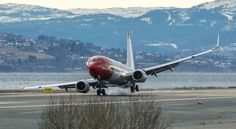 <p>LAV HØYREVING: Boeing 737-800-maskinen fra Norwegian fremsto uvanlig ustø under landingen, men tok seg raskt inn igjen.</p><p><br/></p>