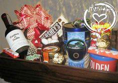 Baúl con Imagen-Caja Sorpresa:exclusivos baúles en madera con impresión de imagen en resina y decoración especial. Contiene botella de vino tinto o blanco, chocolates Kinder en barra, chocolatinas Milky Way, duraznos importados, deliciosas galletas Royal Dansk, maní importado, papas Pringles, chocolates Ferrero Rocher. Chocolatinas Snickers mini, chocolatina Hershey's cookies and creme y un nido de Almendras Francesas. -¡¡¡Algún Mensajito con Amor más para enamorar!!!.