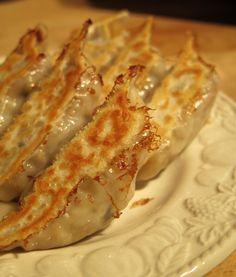 「ビーガン豆腐ギョーザ」-- 4〜6人前(36個) 木綿豆腐:250g キャベツ:350g(約半分) キノコ:100g にんじん:1本 ごま油:大さじ1 にんにく:3片 しょうが:にんにくと同量 しょうゆ:大さじ1 ウスターソース:大さじ1/2 酒:大さじ1/2 ベジタブルストックキューブ:半分 片栗粉:大さじ2 餃子の皮:36枚 水:適量 たれ: しょうゆ:大さじ2 酢:小さじ2 ラー油:お好みで ① キャベツ、キノコ、にんじん、にんにく、しょうがはみじん切り、豆腐はよく水を切って手で潰し、ごま油を熱した大きめのフライパンに入れて炒める。野菜がしんなりして来たら、しょうゆ、ウスターソース、酒、ベジタブルストックを入れさらに炒める。 ② しっかり味が馴染んだら、片栗粉を少しずつ入れよく混ぜて火を止め、室温でヤケドしない程度に冷やしておく。 ③ 冷えた②を餃子の皮に包んでサラダ油(分量外)を熱したフライパンに並べ、水を餃子が1/3浸かるくらいまで入れ、蓋をして強火で蒸し焼きにする。 ④…