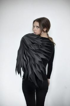 A dark sexy wing. Origami Fashion, 3d Fashion, Fast Fashion, Fashion 2017, Fashion Outfits, Fashion Design, Fashion Girl Power, Crow Costume, Girl Inspiration