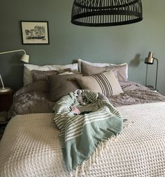 Bädda sängen. Nynna samma sång om och om igen med bebis i famnen. Förmiddagens to-do ✅ . #livetmedbarn #lagerhausfavoriter #lagerhaushomie #alcrotrend #ikea #loppis #loppisfynd #babynest #gamlahus #homedecor #skönahem #bedroom #sovrumsinspo #inspiration