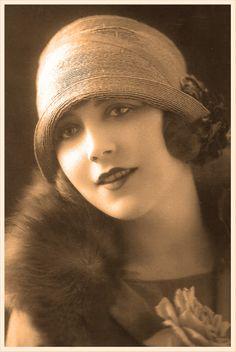 postal vintage con chica de los años veinte con sombrero