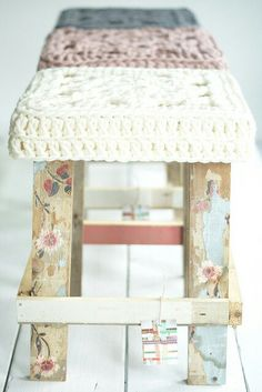 decoupage stool with crochet seat cover. Painted Furniture, Diy Furniture, Eco Deco, Deco Pastel, Big Wool, Stool Covers, Seat Covers, Crochet Home, Decoupage