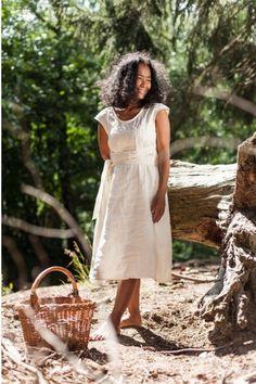 """Damen-Kleid aus 100% Bio-Leinen mit Binde-Bändern unter der Brust zur Weitenregulierung. Länge: Knieumspielend. Made in Austria: mit viel Liebe in der Steiermark gefertigt! Für das Leinenkleid von """"Scheinheilig"""" werden nur natürliche, nachhaltige und vegane Materialen verwendet! Hast du gewusst? Leinen benötigt in der Produktion weniger Wasser als Baumwolle und ist somit nachhaltiger. White Dress, Dresses, Fashion, Classic Clothes, Sustainable Fashion, Linen Fabric, Cotton, Women's, Nice Asses"""