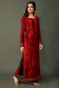 A gorgeous phiran in luxurious chenille fabric. Perfect for winters, it features intricate zari embroidery ton the maroon fabric o create a beautiful rich border and smaller flowers motifs throughout. Shadi Dresses, Indian Dresses, Indian Style, Indian Ethnic, Indian Designer Outfits, Designer Dresses, Long Dresses, Dress Long, Velvet Suit Design