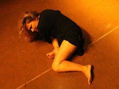 """O Teatro Studio Heleny Guariba recebe temporada do espetáculo """"2 Solos em Processo"""", com Dulce Muniz, apresentando o solo """"30 Anos esta Noite ou o Espelho Negativo"""", e Egla Monteiro, com o solo """"Iracema Paulistada – Um Solo Manifesto""""."""