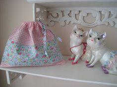 petit pochon de rangement vichy rose et blanc et petites fleurs : Trousses par annie-cousinette