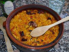 Este arroz, también conocido como arroz de ayuno (arròs de dejú) se hacía en Semana Santa. Reconozco que la receta tradicional es más sencilla que la que os voy a proponer, pero ésta es más adecua…