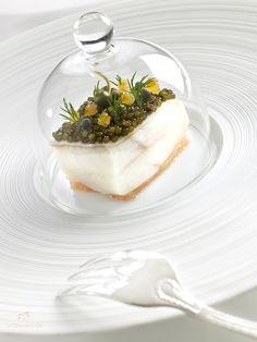Caviar beluga Kaviari, Turbot sauvage, pamplemousse confit et câpres. Recette du chef Fabrice Vulin et de son adjoint Ronan Kervarrec, restaurant La Chèvre d'Or à Eze