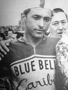 """Vuelta a Colombia 1962. Cochise pierde la vuelta ante Roberto """"pajarito"""" Buitrago por 24 segundos. Resignación en el rostro del ciclista, motivación de los grandes campeones. Cochise sería campeón de la vuelta en el año siguiente de 1963, en el '64, '66 y '67. Los grandes luchadores utilizan la derrota para impulsar sus pedales."""