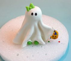 Look at this adorable cake topper, you can learn how to make it on www.My CakeSchool.com