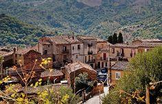 """Quer comprar uma casa na Itália por apenas € 1 (R$ 2,96)? A vila medieval de pedra de Gangi, na Sicília, resolveu colocar à venda 20 imóveis pelo preço de um cafezinho no Brasil. A iniciativa é alavancar a economia e combater o declínio demográfico que assola o país. As casas foram abandonadas por seus...<br /><a class=""""more-link"""" href=""""https://catracalivre.com.br/viagem/mundo-viagem/indicacao/cidade-italiana-vende-casas-a-partir-de-um-euro/"""">Continue lendo »</a>"""