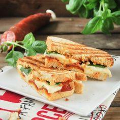 Sandwich with chorizo and mozzarella (in Spanish)