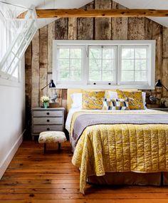 Behagliches Ambiente dank der Holzwand und schöne Kombination von Grau und Gelb