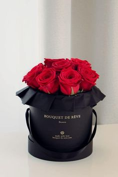 In search of best gifts for her? From birthdays to weddings to Valentines, and all those magical moments in between, here you'll find gifts for her for every occasion. Flower Box Gift, Flower Boxes, My Flower, Valentines Flowers, Valentine Gifts, Comment Dresser Une Table, Beautiful Roses, Beautiful Flowers, How To Wrap Flowers