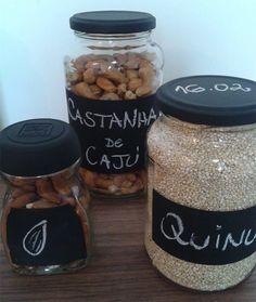 DIY how to organize food with chalkboard labels See here… Chalkboard Labels, Pantry Labels, D Craft, Bottle Crafts, Handmade Crafts, Glass Bottles, Mason Jars, Sweet Home, Diy