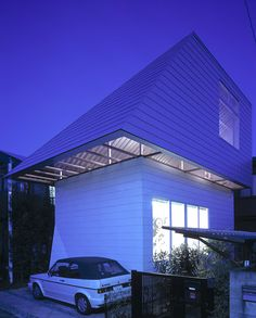 Gae house, Tokyo 2003 - Atelier Bow-Wow_Lining the roof's perimeter in place of conventional eaves, a wide, continuous band of windows is tilted flat. This reflective surface mediates the narrow gap space along adjacent lots