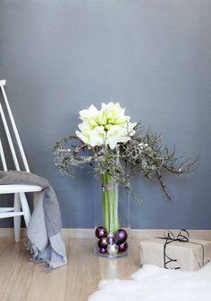 Joulukukat: Amaryllisasetelma | Kotivinkki Christmas Flowers, Beautiful Flowers, Interior Decorating, Vase, Decorations, Interiors, Home Decor, Decoration Home, Xmas Flowers