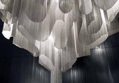 suspension salle à manger composée de chaînettes métalliques