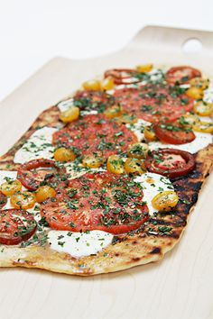 Gurr Grilled pizza with heirloom tomatoes, fresh herbs and lemon oil I Love Food, Good Food, Yummy Food, Grilling Recipes, Cooking Recipes, Healthy Recipes, Bread Pizza, Pizza Food, Pizza Pizza