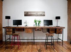 doppelter Schreibtisch mit kreativen Schubladen und Fächer aus Holzkisten