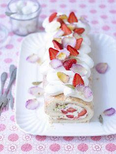 Der Clou dieser Biskuitrolle gefüllt mit Joghurtcreme, Erdbeerstückchen und Pistazien sind die aufgestreuten kandierten Rosenblätter.