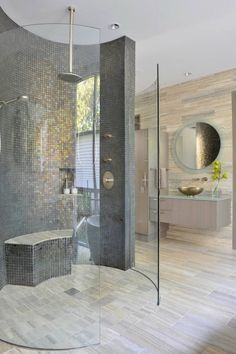 cabine de douche salle de bain décorée avec de la mosaïque