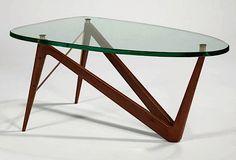 Lot 51 Louis SOGNOT & RINCK (éditeur) (1892 - 1970)  Table basse, c.1955   à piètement en frêne mat à découpe de forme libre en zigzag et attache d'entretoise en métal tubulaire doré. Plateau détaché sur fixation en laiton à large dalle de verre en découpe ovalisée.   Haut. 45,5 cm - plateau 100 x 55 cm