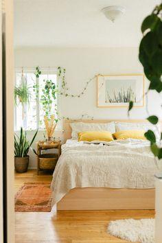 Warm Bedroom, Bedroom Green, Room Ideas Bedroom, Bedroom Themes, Bedroom Decor, Light Yellow Bedrooms, Dream Bedroom, Yellow Room Decor, Green Rooms