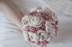 Come realizzare un bouquet da sposa con fiori all'uncinetto in stile shabby chic. Il bouquet è fatto con rose all'uncinetto, perle swarovski, pizzo e raso Crochet Bouquet, Diy Bouquet, Bride Bouquets, Floral Bouquets, Crochet Flowers, Crochet Wedding, Corsage, Shabby Chic, Wedding Inspiration