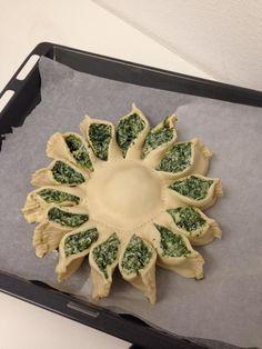 Girasole Bimby ricotta e spinaci, una torta rustica bella da vedere e buona da mangiare! Ecco come preparare la pasta ed il ripieno: 500 gr di farina 00,...