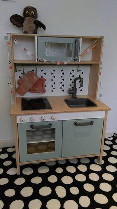 Het Duktig keukentje van Ikea is heel basic. Maar er is heel erg veel mogelijk, zag ik toen ik ging zoeken. Bekijk Duktig makeovers om bij te watertanden!