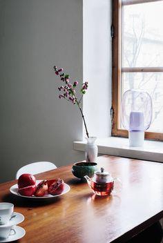 Suvin lempitee on japanilainen matcha genmaicha. Lasinen teekannu on ostettu Teepolku-liikkeestä.