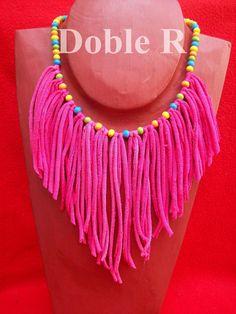 Diy Jewelry Ideas : Collar de trapillo -Read More – Textile Jewelry, Fabric Jewelry, Diy Jewelry, Beaded Jewelry, Jewelery, Jewelry Making, Knitted Necklace, Fabric Necklace, Diy Necklace